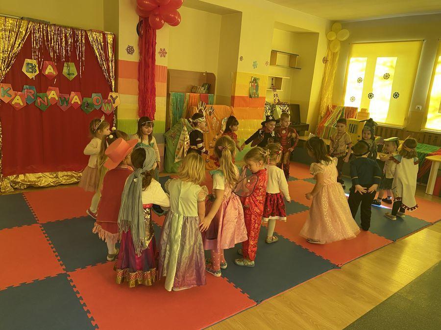 Dzieci tańczą