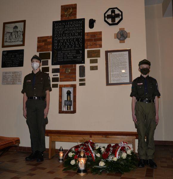 harcerze z Dęblińskiego ZHR i ZHP pod tablicą pamiątkową