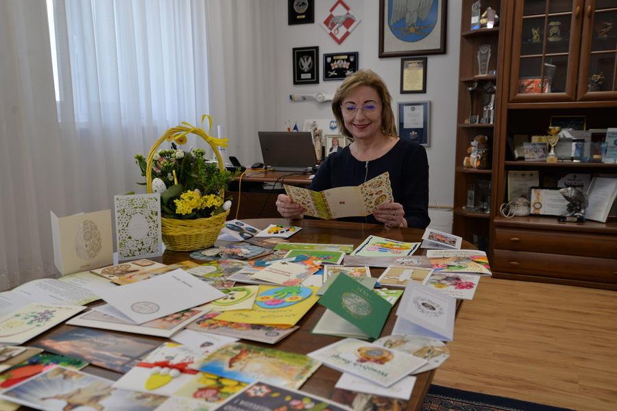 Burmistrz Miasta Dęblin Beata Siedlecka czytająca Karty Wielkanocne