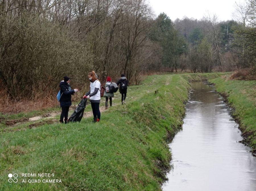 Akcja Czysta Rzeka - harcerze zbierający śmieci wzdłuż Irenki