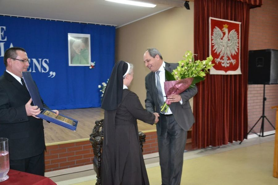Wręczenie kwiatów Siostrze Mironie