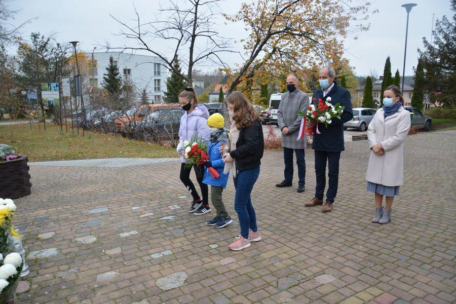 Ludzie w maseczkach z kwiatami
