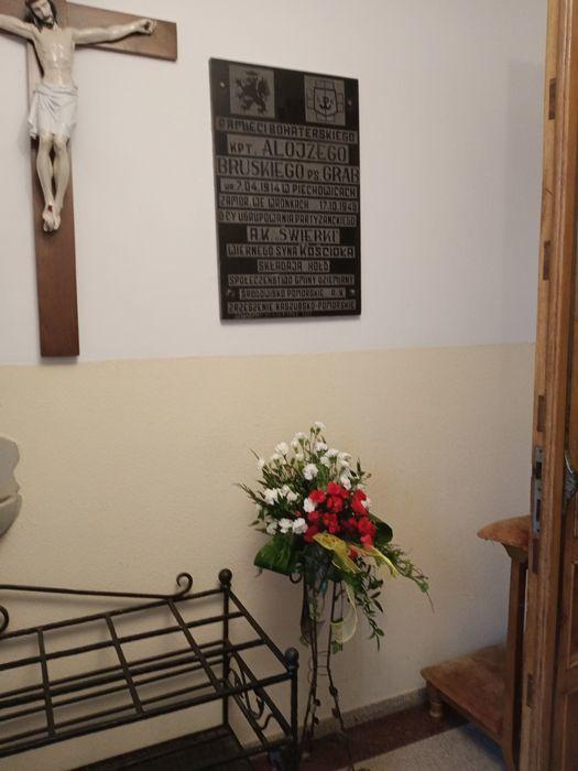 Tablica pamiątkowa w kościele