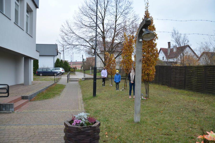 3 osoby w maseczkach przy jesiennych drzewkach