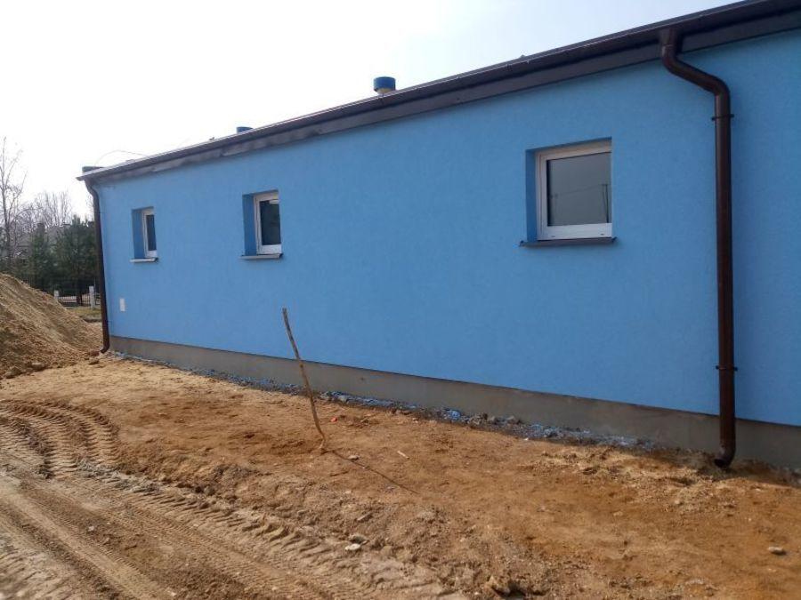 Ściana boczna budynku pomalowana na niebiesko