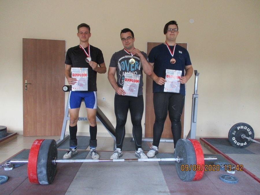 Zdjęcie przedstawia zawodników prezentujących swoje medale