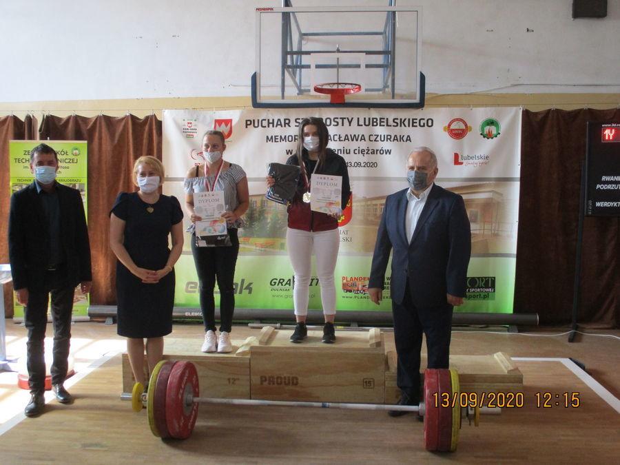 Zdjęcie przedstawia zawodniczki na podium