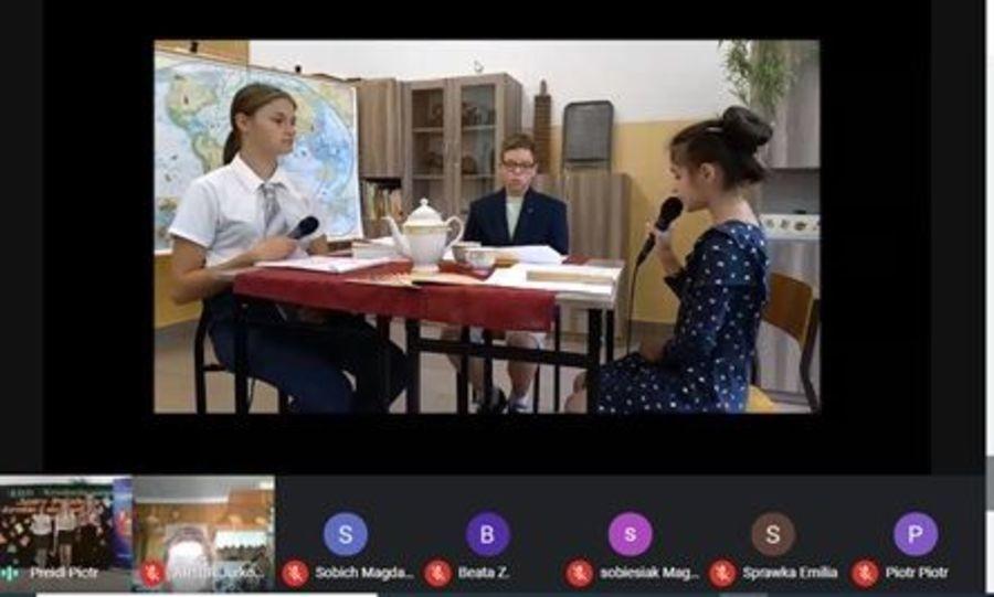 Zdjęcie przedstawia trzech uczeniów Szkoły Podstawowej w Krasieninie