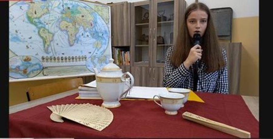 Zdjęcie przedstawia uczennicę Szkoły Podstawowej w Krasieninie