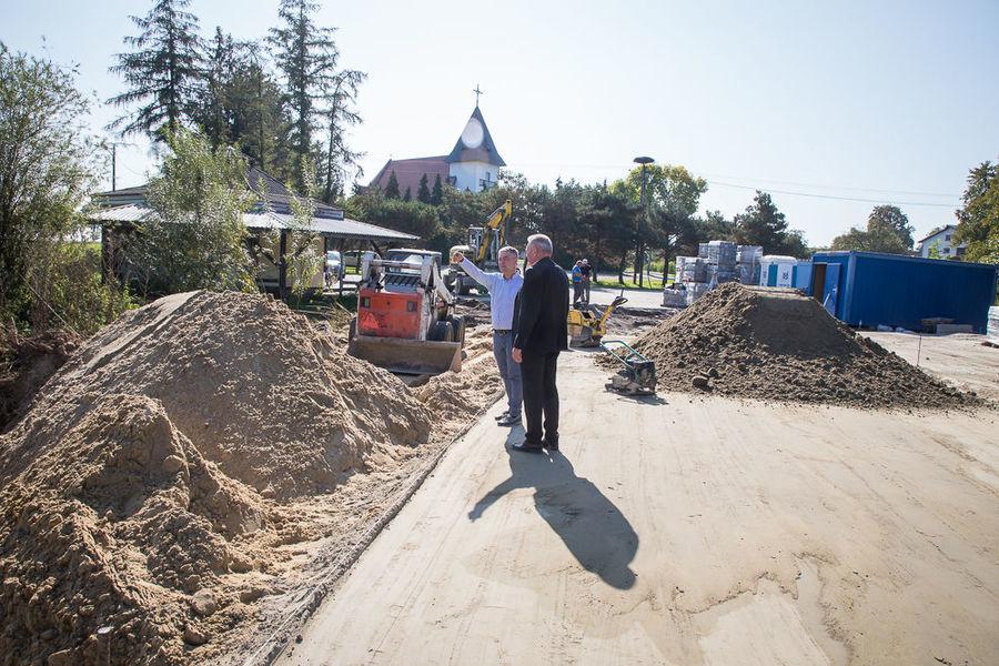 Na zdjęciu Wójt z Kierownikiem na placu budowy Park & Ride w Nasutowie