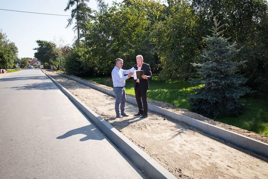 Na zdjęciu Wójt z Kierownikiem przy nowopowstającej ścieżce rowerowej