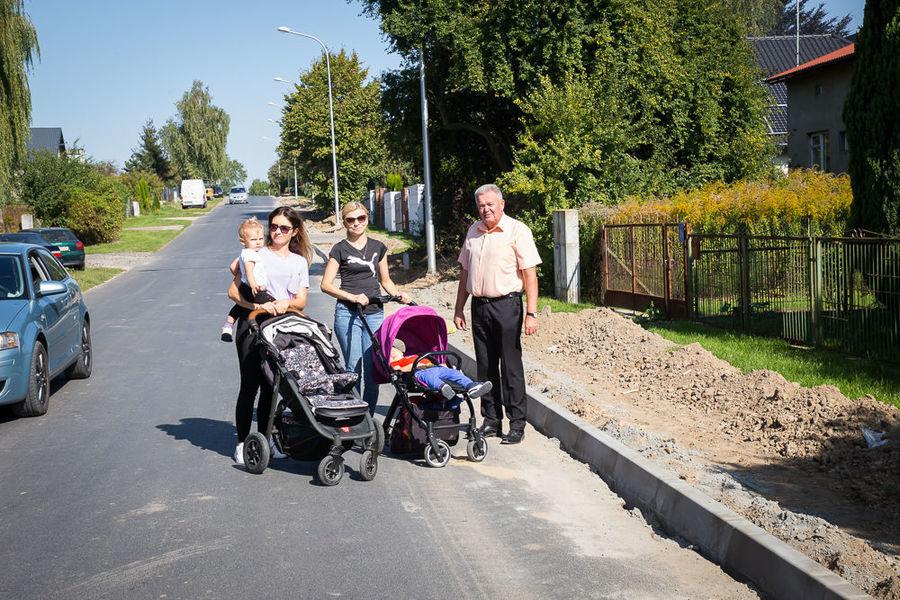 Na zdjęciu Wójt z mieszkankami Elizówki przy nowopowstającej ścieżce rowerowej