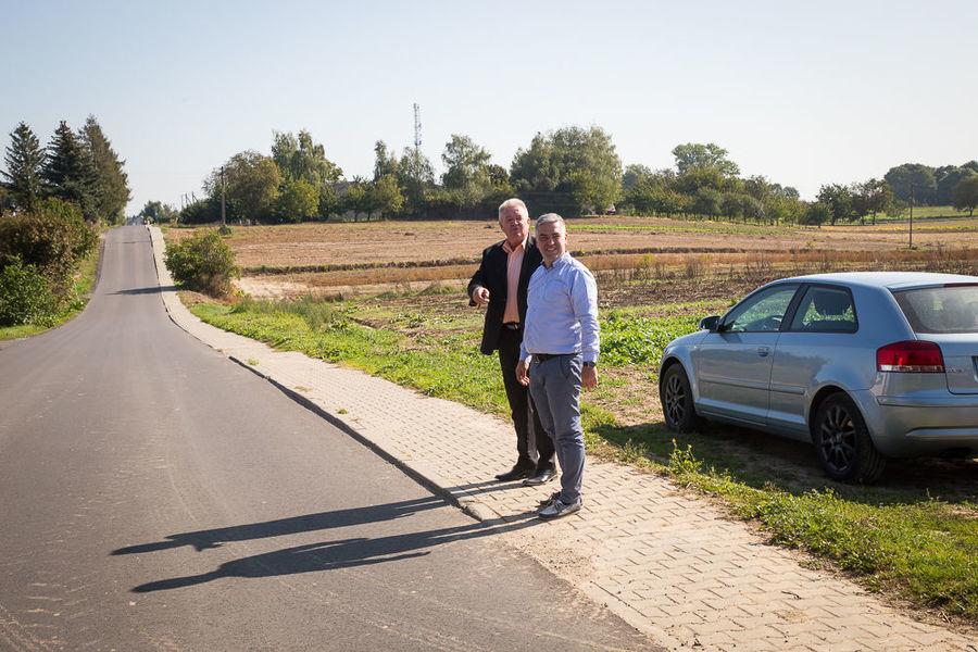 Na zdjęciu Wójt z Kierownikiem przy ul. Akacjowej w Jakubowicach Konińskich