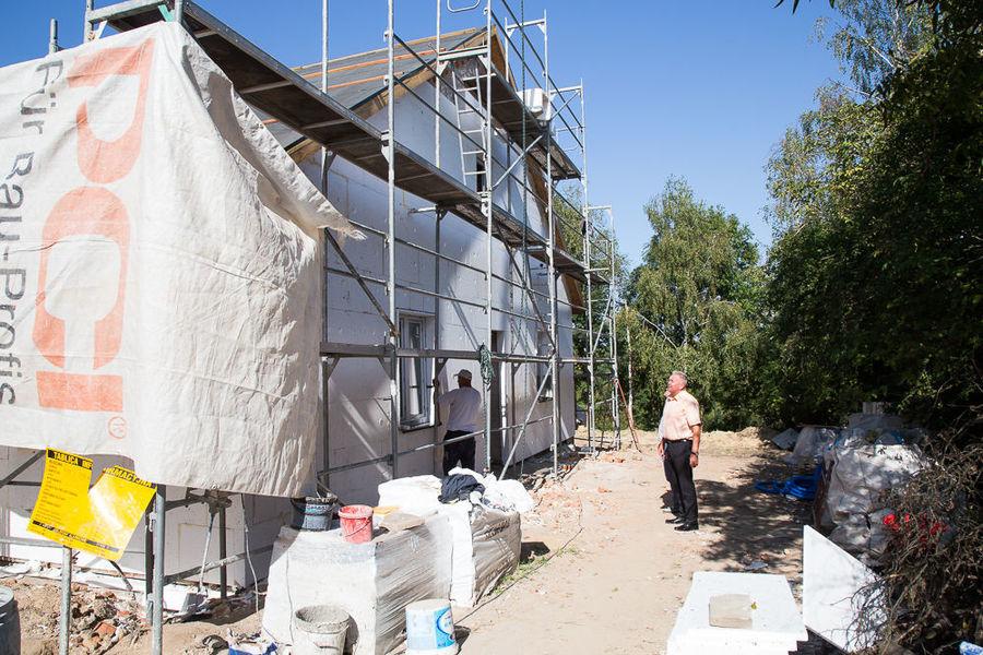 Na zdjęciu Wójt przy remontowanym budynku na ul. Złotej w Dysie