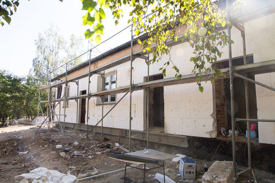 Na zdjęciu remontowany budynek przy ul. Złotej w Dysie