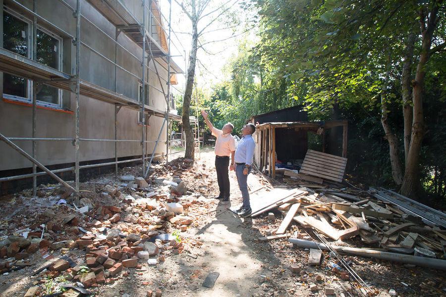 Na zdjęciu Wójt z Kierownikiem przy remontowanym budynku na ul. Złotej w Dysie