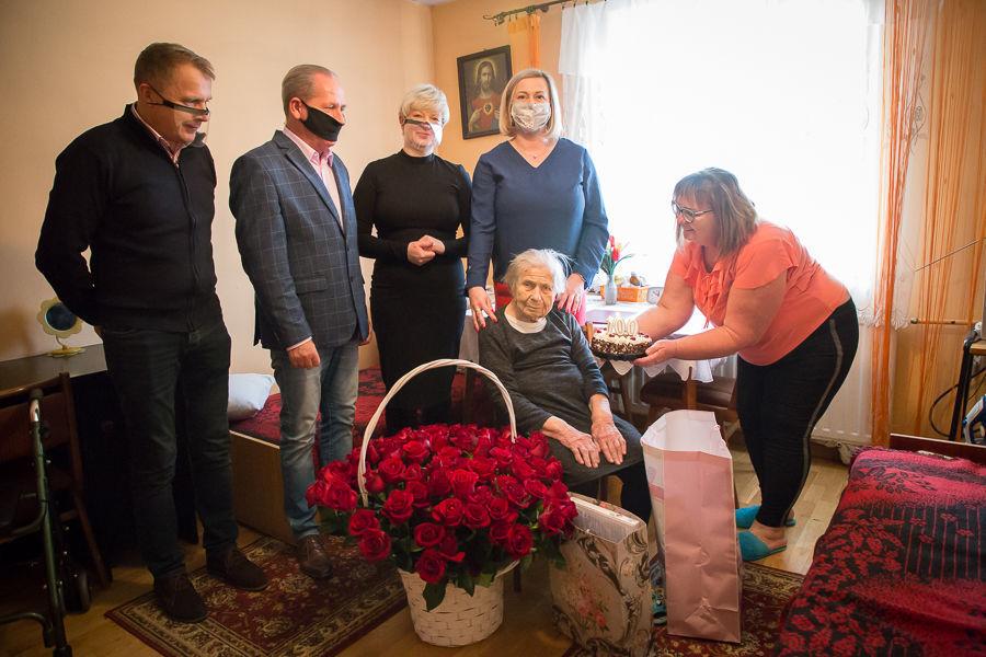 Zdjęcie przedstawia Panią Genowefę z przedstawicielami władz gminy i z synową