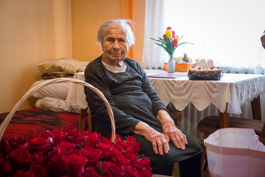Na zdjęciu Pani Genowefa przy koszu z kwiatami