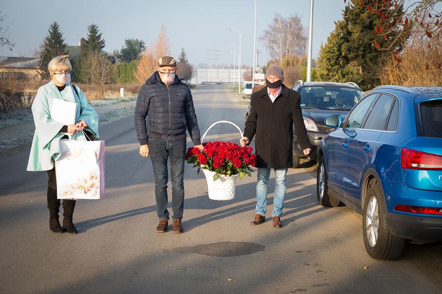 Na zdjęciu Zastępca Wójta, Przewodniczący Rady Gminy Niemce i Kierownik USC z koszem kwiatów