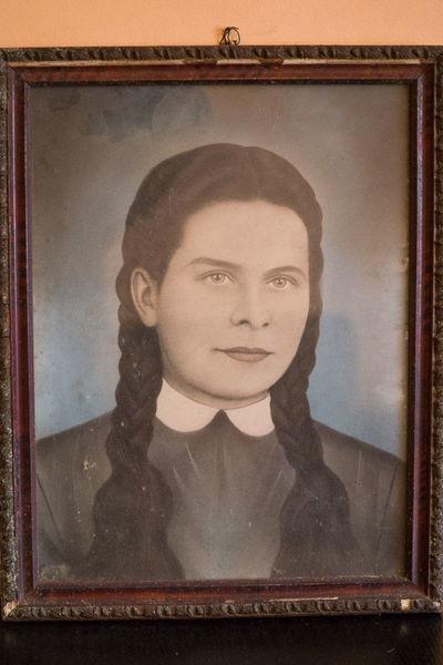 Zdjęcie przedstawia portret pani Genowefy w wieku 18-tu lat