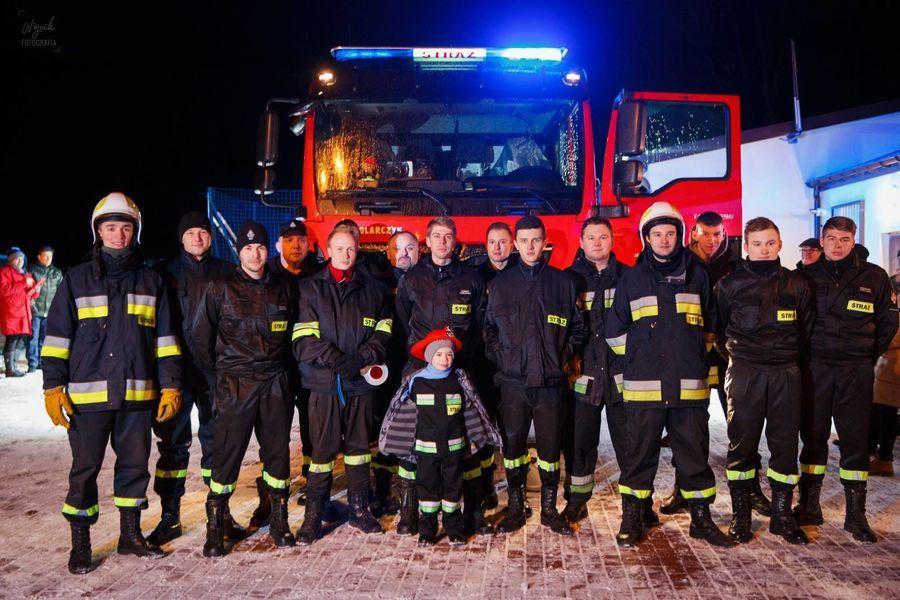 Zdjęcie grupowe OSP Jakubowice Konińskie Kolonia przed samochodem ratowniczo-gaśniczym