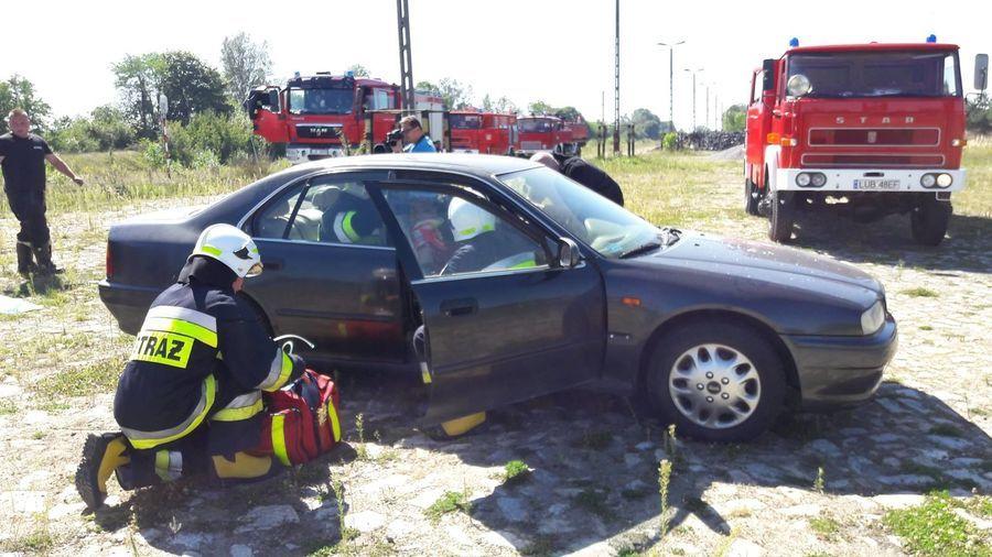 Na zdjęciu ćwiczenia w wydobywaniu rannych z samochodu