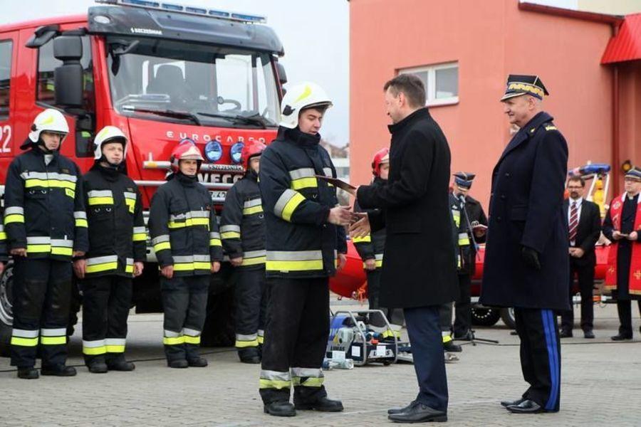 Na zdjęciu przekazanie samochodu ratowniczo-gaśniczego