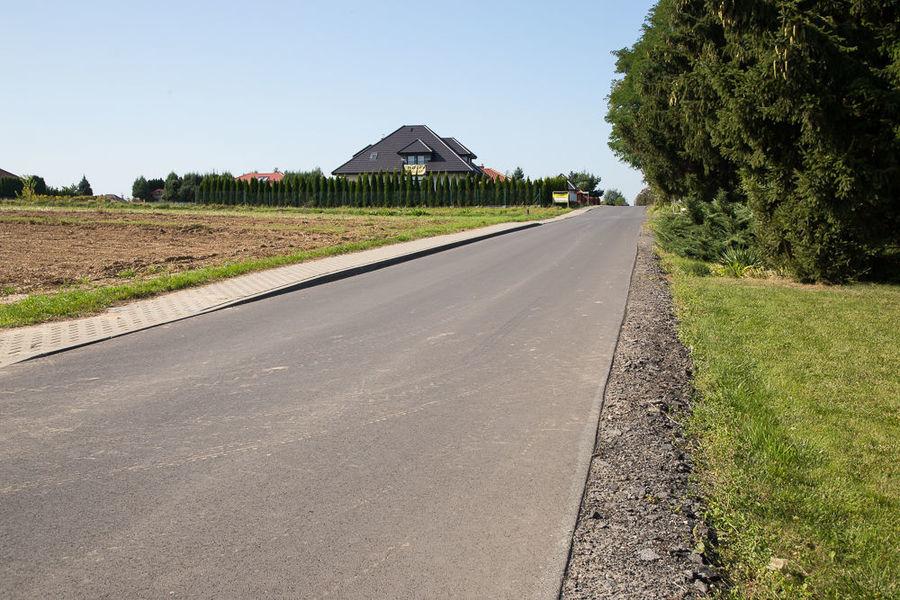 Na zdjęciu Wójt z Kierownikiem na ul. Akacjowa w Jakubowicach Konińskich
