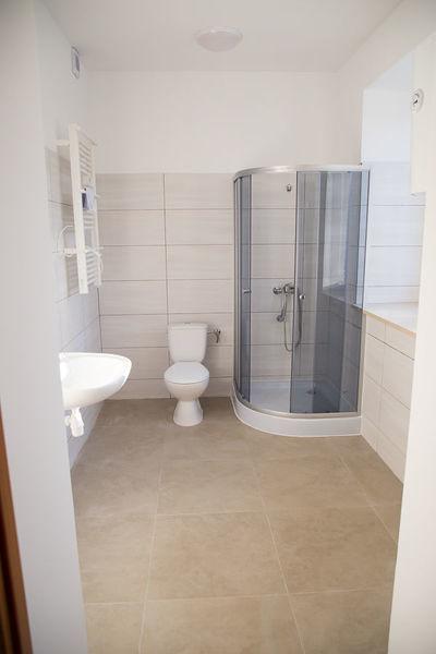 Na zdjęciu łazienka w wyremontowanym budynku