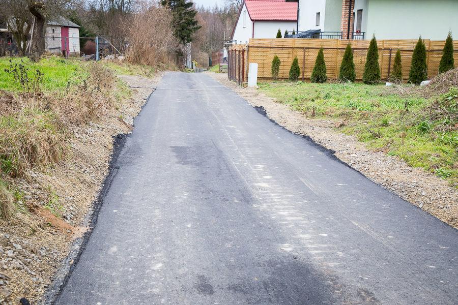 Na zdjęciu droga asfaltowa