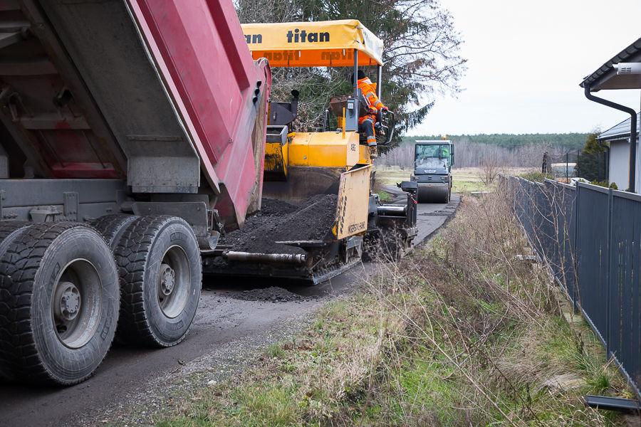 Na zdjęciu maszyny drogowe rozkładające destrukt