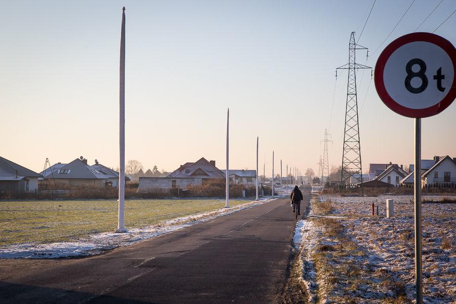Na zdjęciu słupy oświetlenia drogowego