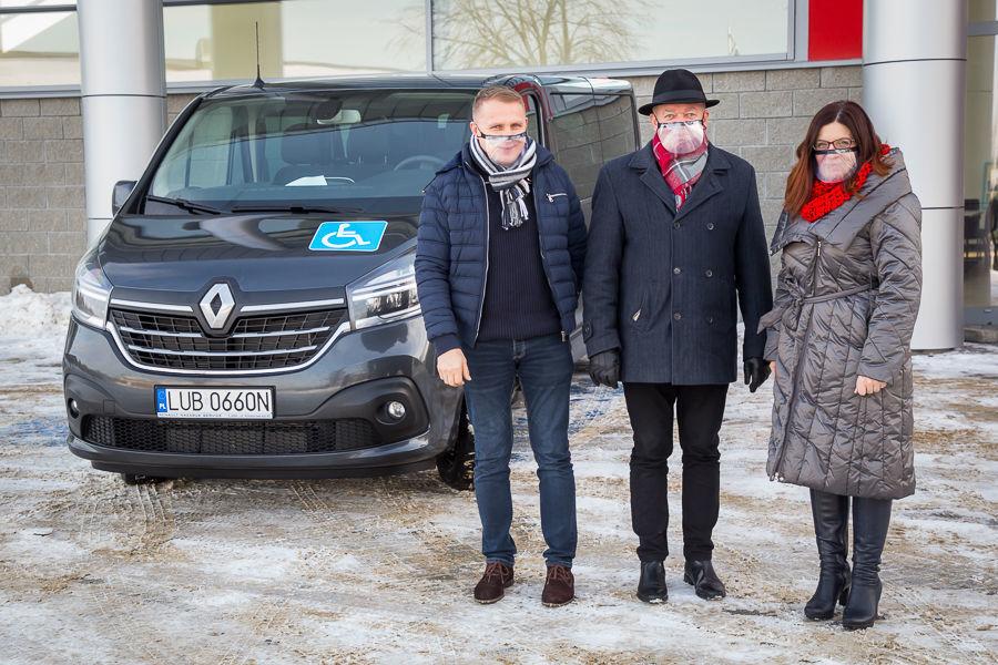 Na zdjęciu Wójt Gminy, Zastępca Wójta i Skarbnik przed nowo zakupionym samochodem