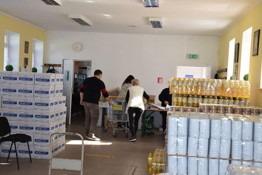 na zdjęciu pracownicy OPS wydający pomoc żywnościową