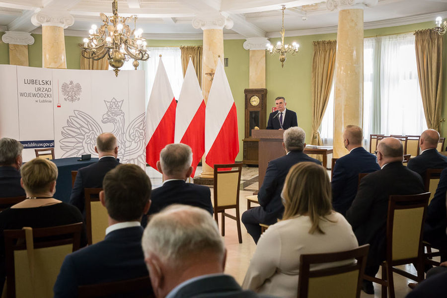 Na zdjęciu samorządowcy słuchający wystąpienia Wojewody Lubelskiego