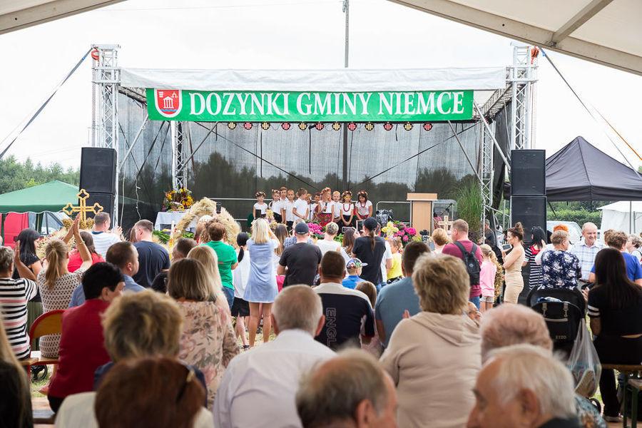 Na zdjęciu dzieci występujące na scenie w planie dalekim