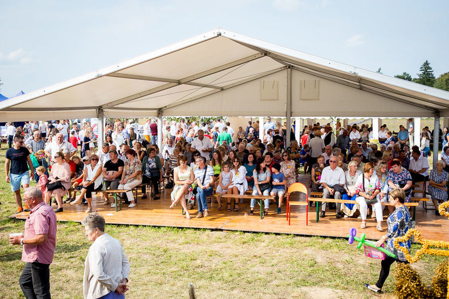Na zdjęciu namioty z ludźmi oglądającymi występy sceniczne