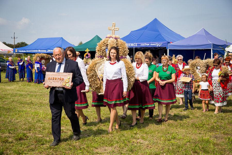 Na zdjęciu delegacja wieńcowa z miejscowości Nasutów