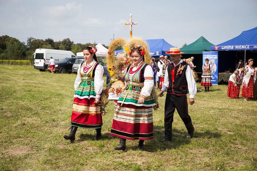 Na zdjęciu delegacja wieńcowa zespołu ludowego z miejscowości Ciecierzyn