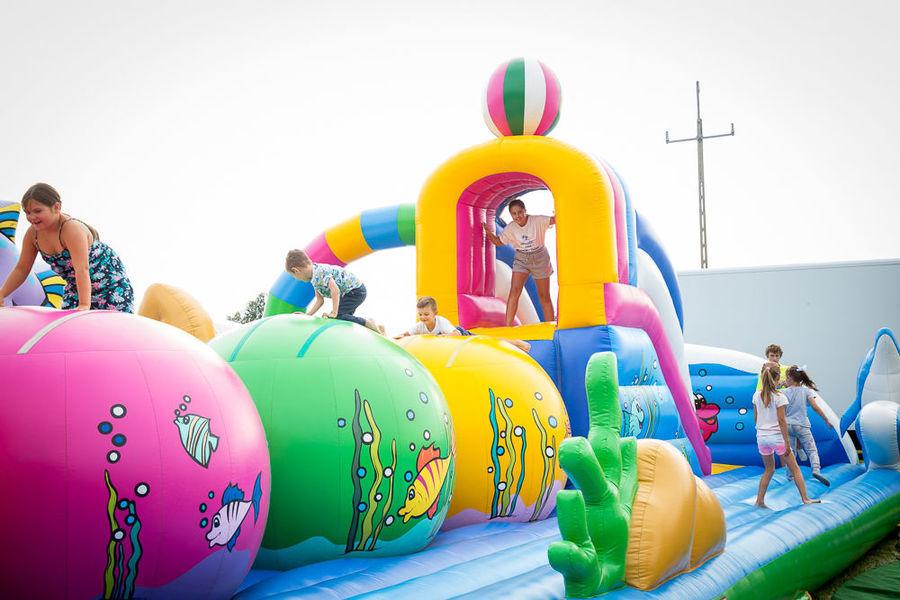 Na zdjęciu dzieci bawiące się na dmuchańcach