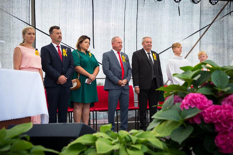 Na zdjęciu starostowie, radni i wójt na scenie podczas mszy
