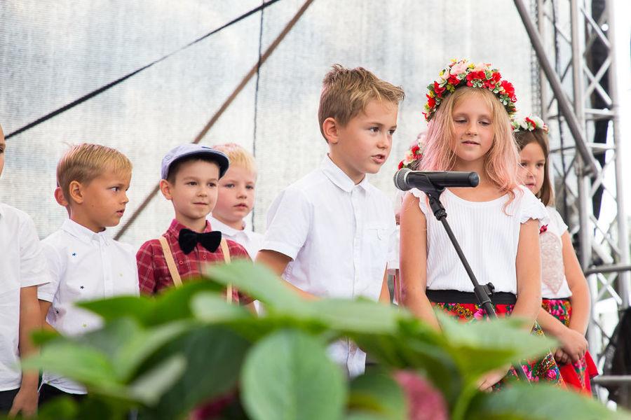 Na zdjęciu dzieci występujące na scenie
