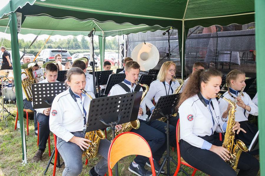 Na zdjęciu orkiestra szkolna grająca podczas mszy