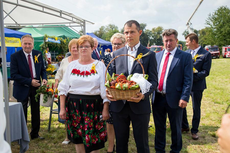 Na zdjęciu delegacja niosąca dary ołtarza