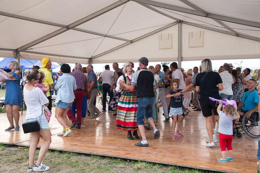Na zdjęciu ludzie tańczący w namiocie