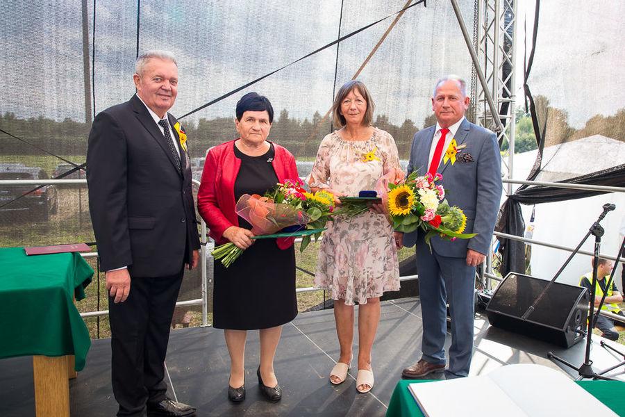 Na zdjęciu wójt i przewodniczący rady gminy raz z osobami odznaczonymi