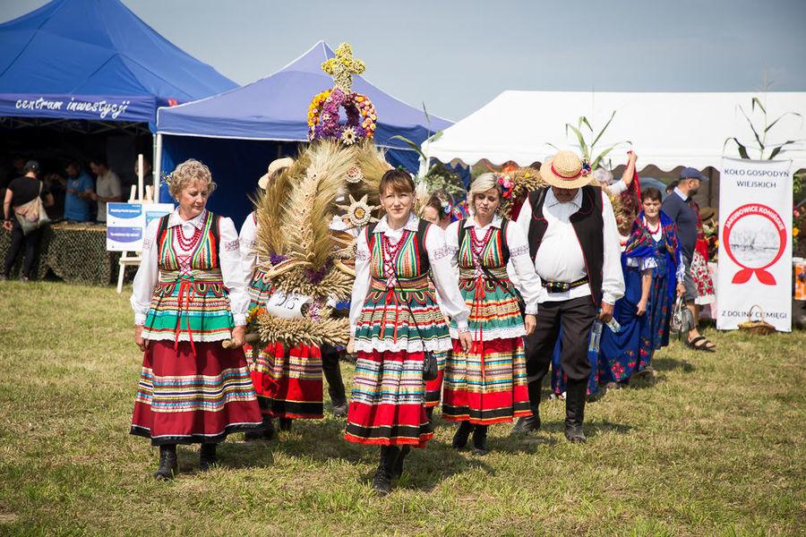 Na zdjęciu delegacja wieńcowa zespołu ludowego z miejscowości Dys
