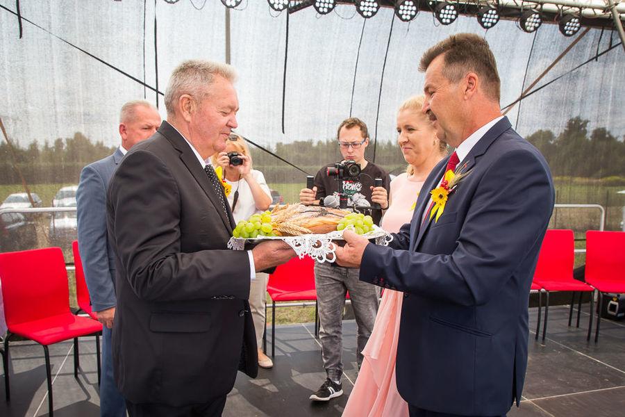 Na zdjęciu starostowie wręczają chleb dożynkowy wójtowi