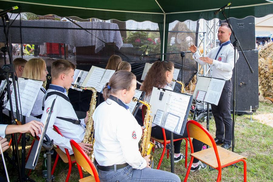 Na zdjęciu orkiestra dęta grająca podczas mszy