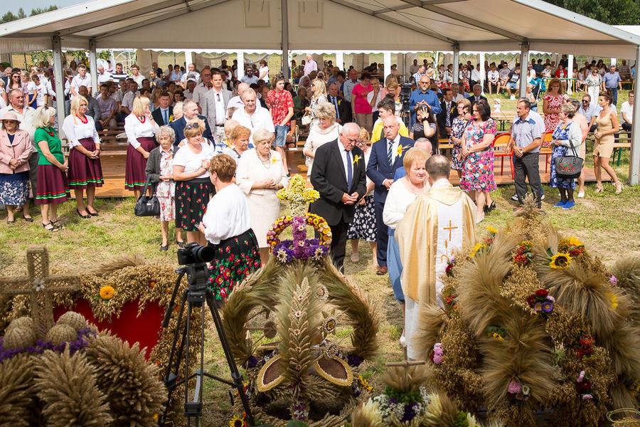 Na zdjęciu ludzie przyjmujący komunię świętą